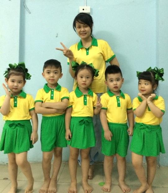 Đồng phục mầm non trẻ thích thú đến trường